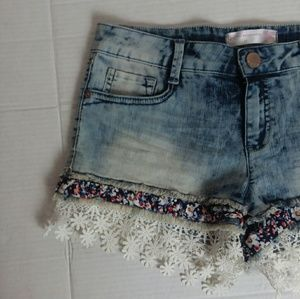 NO BOUNDARIES acid wash embroidered jean shorts